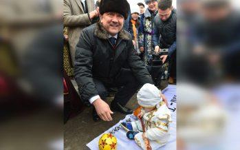 Нұрлан Ноғаев атыраулық сәбилердің тұсауын кесті (ФОТО)