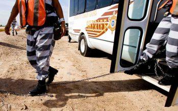 Мектеп автобусы балалармен бірге сотталған адамдарды тасымалдаған (ВИДЕО)
