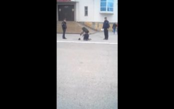 Полицейлер екі аяғы жоқ жарымжанды бөлімшеге еңбектеп кіруге мәжбүрледі