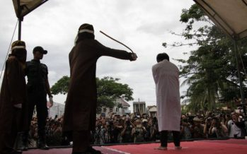 Индонезияда екі гейге халықтың көзінше дүре соғылды