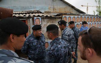 Назарбаевтың суреті ілінген үйді ОМОН ҚОРШАП АЛДЫ!!! (ФОТО-РЕПОРТАЖ)