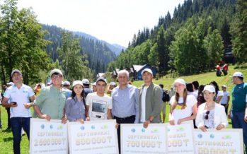 Алматы облысының әкімі жетісулық жастармен бірге ән салды