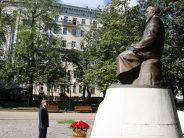 ҚР Елшілігінің дипломаттары Мәскеуде Абай ескерткішіне гүл шоқтарын қойды