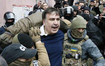 Желіде Саакашвилиді арнайы жасақтың күштеп алып бара жатқан видеосы пайда болды